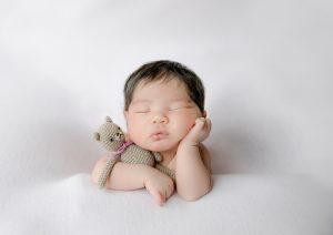 ニューボーンフォト新生児フォト生後0ヶ月女の子赤ちゃんぬいぐるみと赤ちゃん