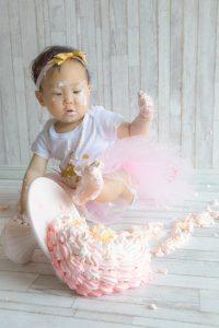 タイニートーズ女の子赤ちゃん新生児フォトニューボーンフォト島田市藤枝市焼津市静岡市1歳1才誕生日記念写真ケーキスマッシュケーキ