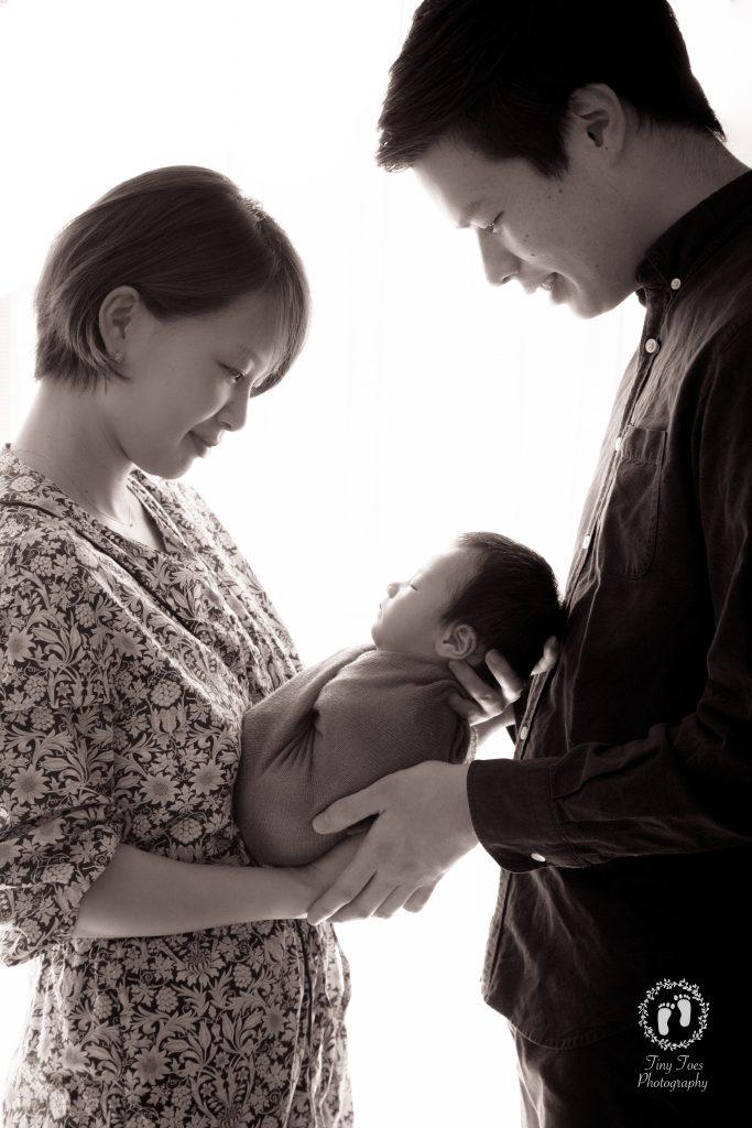 タイニートーズ新生児フォトニューボーンフォト男の子生後0ヶ月家族写真パパとママ