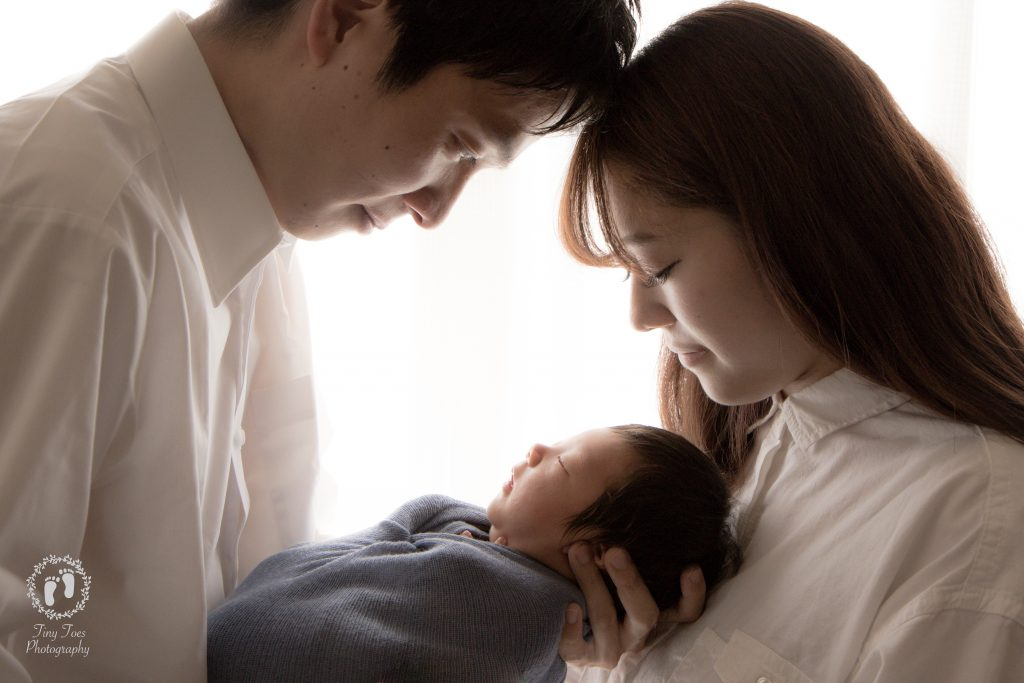 タイニートーズ新生児フォトニューボーンフォト男の子生後0ヶ月家族写真パパとママと赤ちゃん