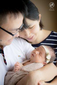 タイニートーズ新生児フォトニューボーンフォト女の子生後0ヶ月家族写真パパとママと赤ちゃん